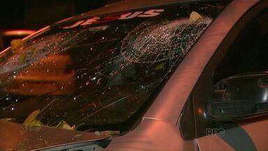 Carro bate em árvore - O acidente foi no Jardim Universitário, em Foz do Iguaçu.