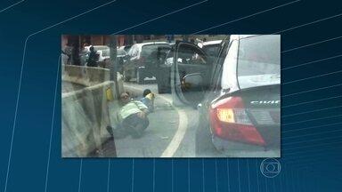 Policiais fazem operação no Lins de Vasconcelos - Policiais do Bope e do Batalhão de Ações com Cães são responsáveis pela operação. Um policial foi baleado e os agentes buscam os traficantes.
