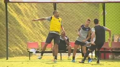 Luis Ricardo é o dono da lateral direita do Botafogo - Luis Ricardo decidiu ficar no Botafogo. Treino é intenso no Botafogo. A estreia do time é no dia 30 contra o Bangu.