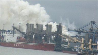 Incêndio espalha nuvem tóxica na Baixada Santista - O incêndio em um terminal de cargas do Porto de Santos dura quase um dia. A fumaça chegou a quatro cidades e mais de cem moradores foram atendidos em hospitais.