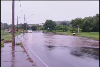 Rio Uberabinha transborda em região de Uberlândia após chuva frequente - Registro foi no Bairro Daniel Fonseca. Até às 9h desta manhã já choveu 47,2 milímetros, segundo Defesa Civil.