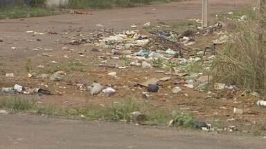 Moradores ainda reclamam de lixo acumulado em ruas de Santana - No município de Santana, os moradores ainda reclamam do lixo. Mas em alguns locais, como no bairro Fonte Nova, é a própria população que mantém a sujeira.