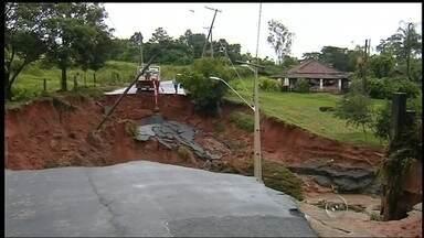 Chuva castiga Santa Maria da Serra e córrego sobe quase 7 metros - A chuva também castigou Santa Maria da Serra. A água de um córrego subiu quase 7 metros e destruiu uma ponte e danificou mais três.