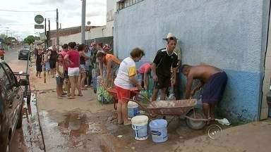 Mais de 140 mil moradores de Bauru estão sem água - Mais de 140 mil moradores de Bauru, que são abastecidos pelo rio Batalha, estão sem água. As bombas da estação de captação que foram danificadas no temporal da última terça-feira (12), até agora continuam quebradas.
