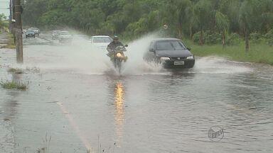 Chuva alaga avenidas e causa transtornos aos motoristas em Ribeirão Preto - Avenida Eduardo Andrea Matarazzo (Via Norte) e Avenida Costa e Silva foram interditadas na tarde desta sexta-feira (15).