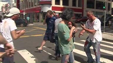 Ruas do Centro de Ponta Grossa são invadidas por zumbis - O grupo teve um jeito engraçado de puxar a orelha de quem usa celular no trânsito