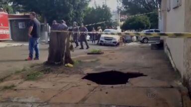 Calçada cede e mulher cai dentro de buraco em Ribeirão Preto - Chão afundou e pedestre ficou presa dentro de cratera na manhã desta segunda-feira (18).