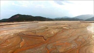 Promotores investigam como Samarco construiu barragem sem cumprir exigências - O Ministério Público vai ouvir 15 pessoas nas próximas duas semanas. Na Assembleia Legislativa de Minas Gerais, a comissão das barragens quer regras mais rígidas.