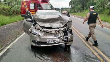 Carro capota após colisão na BR-265 em São João del Rei - Acidente ocorreu no distrito de Rio das Mortes, nesta segunda-feira (18). Pista estava molhada, segundo Bombeiros; não houve feridos.