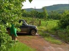 Porteira bloqueia estrada que dá acesso a chácaras do assentamento São João - Porteira bloqueia estrada que dá acesso a chácaras do assentamento São João
