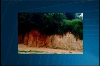 VC no MGTV: Telespectadora registra situação da lama em bairro de Divinópolis - Moradora disse que lama desce de um barranco e enche a Avenida Santa Lúcia. Prefeitura disse que fiscais irão fazer vistoria no local para tentar resolver problema.