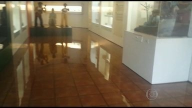 Museu Casa do Pontal volta a sofrer com alagamentos - Museu está fechado até semana que vem. Nova sede deve ser construída em terreno da Barra da Tijuca. Obra ainda nem começou.