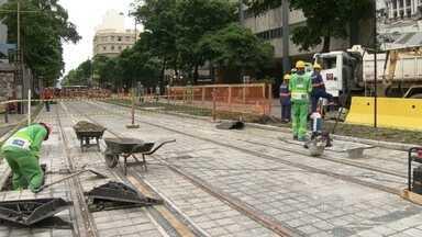 Passageiros reclamam de falta de orientação sobre mudanças no Centro do Rio - Avenida Rio Branco foi fechada para obras do VLT. 82 linhas de ônibus foram desviadas