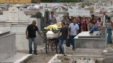 Enterrada adolescente encontrada morta, em Campo Grande, no sábado. - Menina de 14 anos levou tiro nas costas. Segundo a polícia, o namorado é suspeito do crime.