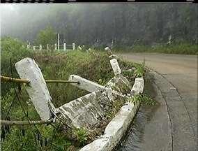 Tráfego na BR-495 tem trechos em meia pista devido a chuvas na Região Serrana do Rio - Trânsito de caminhões, que estava suspenso, foi liberado.