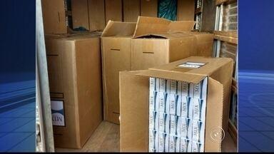 Polícia prende dupla por contrabando de caixas de cigarro em Sorocaba - Dois suspeitos de contrabandearem caixas de cigarros foram presos nesta segunda-feira (18) no bairro Cajuru, em Sorocaba (SP). Eles foram levados para a delegacia da polícia federal. Segundo a PM, a dupla foi flagrada enquanto tirava caixas de cigarros de uma casa e colocava em um caminhão.