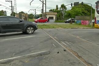 Carro e trem batem em passagem de nível em Mogi das Cruzes - Veículo chegou a ser arrastado pela locomotiva; ninguém se feriu.