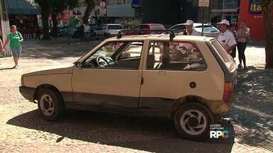 Acidente em Guarapuava atrapalha o trânsito na rua XV de Novembro - Um dos carros foi parar no meio do calçadão da rua XV de Novembro. A batida foi na esquina com a rua Marechal Floriano Peixoto.