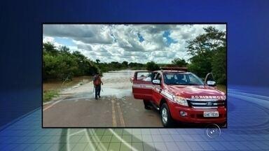 Garoto tenta atravessar rio e acaba sendo resgatado após ficar ilhado - Um adolescente de 16 anos teve de ser resgatado pelo Corpo de Bombeiros depois de tentar atravessar o rio Turvo, que teve o nível de água elevado por causa da chuva, na tarde desta segunda-feira (18), próximo a Olímpia (SP).