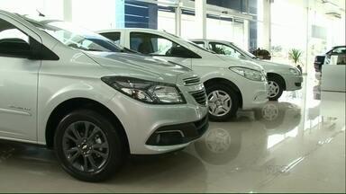 Crescimento da frota de veículos desacelera em Umuarama - Em 2015, o número de veículos nas ruas subiu apenas 4%, em relação a 2014. Lojas de autopeças aproveitam o momento de retração nas concessionárias e veem as vendas aumentarem.