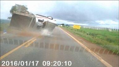 Motorista embriagado capota 5 vezes com caminhonete em Goiás - Um passageiro é arremessado para fora do veículo. O motorista, que estava embriagado no momento do acidente, foi multado e perdeu a carteira.