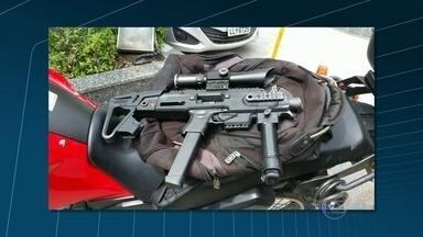 Bandidos e PMs trocam tiros no Complexo do Chapadão - Policiais do Batalhão de Irajá fizeram uma operação no Complexo do Chapadão. os traficantes fugiram e deixaram para trás uma motocicleta roubada e uma pistola.