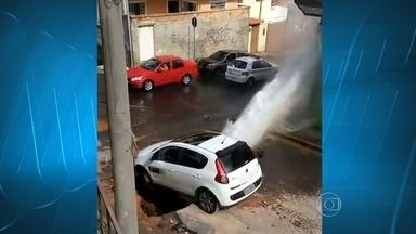 Carro cai em buraco, e água jorra em rua de Contagem, na Grande BH - Incidente ocorreu no bairro Novo Progresso. Um vídeo foi enviado por um telespectador.