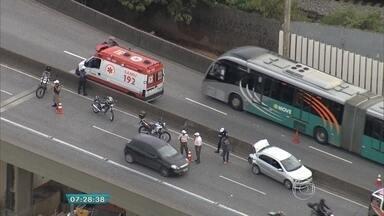 Acidente no Complexo da Lagoinha, em BH, prejudica o trânsito - Segundo a PM, duas pessoas ficaram feridas.