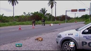 Ponte da Ilha de Itamaracá continua sendo monitorada dois dias após fuga de penitenciária - Polícia ainda não capturou nenhum foragido da Barreto Campelo, mas continua fazendo buscas pela região