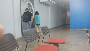 Presa suspeita de matar homem a facadas, em Manaus - Polícia diz que jovem tem 19 anos.