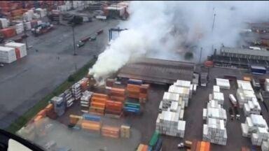 Empresa Localfrio é multada em R$ 10 milhões pela emissão de poluentes em incêndio - O fogo começou em um contêiner com produtos químicos que ficava no terminal da Localfrio, no Guarujá. A fumaça obrigou moradores de cidades vizinhas a sair de casa. Empresa não se manifestou sobre a multa