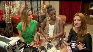 Ludimilla e Bianca Andrade dão dicas de maquiagem - A blogueira ensina a melhor maneira de colocar cílios postiços