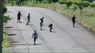 Projeto Verão: Moradores de Paranavaí aproveitam as tardes para praticar esportes - Os grupos se reúnem para jogar vôlei, andar de bicicleta e ainda descer ladeiras com longboard.