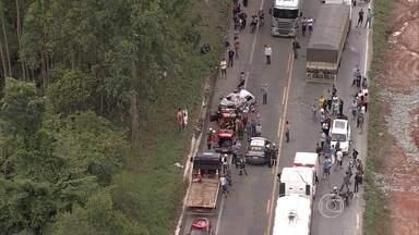 Uma pessoa morre e três ficam feridas em acidente na BR-381, na Região Central - Batida entre carreta e caminhão ocorreu perto do trevo de Barão de Cocais.
