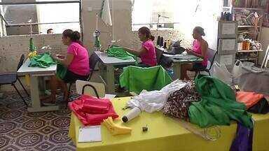 Escolas de samba de Corumbá terceirizaram serviço de costureira - O carnaval está chegando e para ficar tudo pronto para os desfiles em Corumbá, as escolas de samba terceirizaram serviço de costureira.