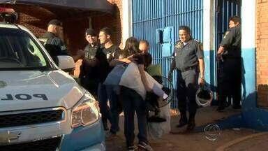 PMs presos por suposta agressão a adolescente são soltos - Três policiais militares, incluindo um mulher, foram soltos no fim da tarde de sexta-feira (22), após a Justiça conceder habeas corpus. Eles são investigados por suposta agressão a uma adolescente de 15 anos.