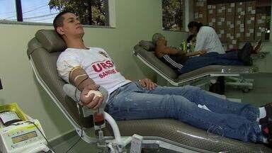 Ex-militares de MS comemoram amizade de 15 anos ajudando o próximo - Um grupo de ex-militares da Fora Aérea Brasileira comemoraram os 15 anos de amizade doando sangue.