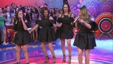 Claudia Leitte canta 'Largadinho' com fãs - Vestidas com a mesma roupa, covers da cantora dão um show no palco
