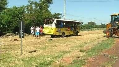 Carreta bate em micro-ônibus e motorista morre em Urânia - Um homem morreu e 13 pessoas ficaram feridas após um acidente entre uma carreta e um micro-ônibus, na manhã deste sábado (23), no quilômetro km 596 da rodovia Euclides da Cunha, em Urânia (SP).