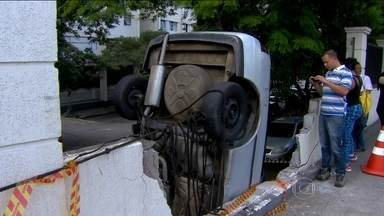 Acidente deixa carro de maneira inusitada no Capão Redondo - Moradores disseram que o motorista do carro descia a rua e não conseguiu parar. O carro bateu no muro de um condomínio e, com o impacto, caiu no estacionamento, que fica pra baixo do nível da rua. Um guincho que foi retirar o carro deixou ele em pé.