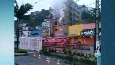 Prédio pega fogo na avenida Leitão da Silva, em Vitória - Moradores disseram que local estava abandonado.Corpo de Bombeiros esteve no local e controlou o incêndio.