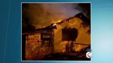 Casa fica parcialmente destruída após incêndio em Cataguases - Ocorrência foi registrada neste sábado. Ninguém ficou ferido.