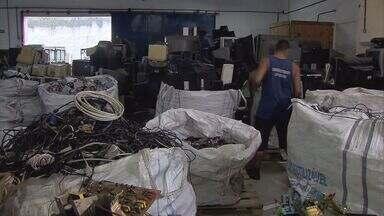 Projeto recupera lixo eletrônico e ajuda na inclusão social - Um projeto de recuperação de lixo eletrônico tem benefícios que vão além da preocupação com o meio ambiente. Alguns dos materiais recuperados são doados para uma outra iniciativa que trabalha na inclusão social.