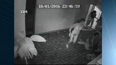 Cinco travestis são suspeitos de agredir dois adolescentes, em Rio Verde - Câmeras de segurança registraram o ato de violência