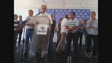 Alckmin visita o Vale do Ribeira e garante recuperação da SP-250 - O governador Geraldo Alckmin visitou, na tarde deste sábado (23), as obras de recuperação da rodovia Sebastião Ferraz de Camargo Penteado (SP-250), na região do Vale do Ribeira, interior de São Paulo, próximo à divisa com o estado do Paraná.