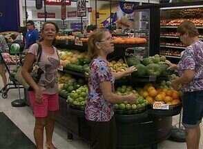Reajuste nos preços da gasolina e dos alimentos estão ligados à inflação - Consumidores reclamam do aumento dos valores.