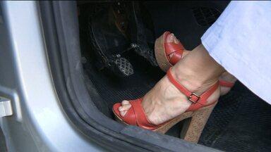 Sandália inadequada pode provocar acidentes - JPB dá dicas e mostra riscos do salto alto ao dirigir