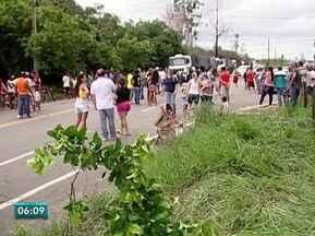 Em protesto, moradores de Vila do Riacho fecham a ES-010 - Eles reclamam da má qualidade da água que chega às casas.Engarrafamento de 10 km se formou.