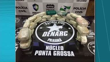 Duas pessoas são presas pela Denarc com 25 kg de crack - Droga foi encontrada em carro que trafegava pela BR-277, sentido Ponta Grossa