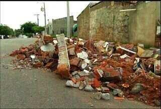 Entulhos ocupam metade de rua no Bairro Tiradentes, em Fortaleza - Confira o flagrante.